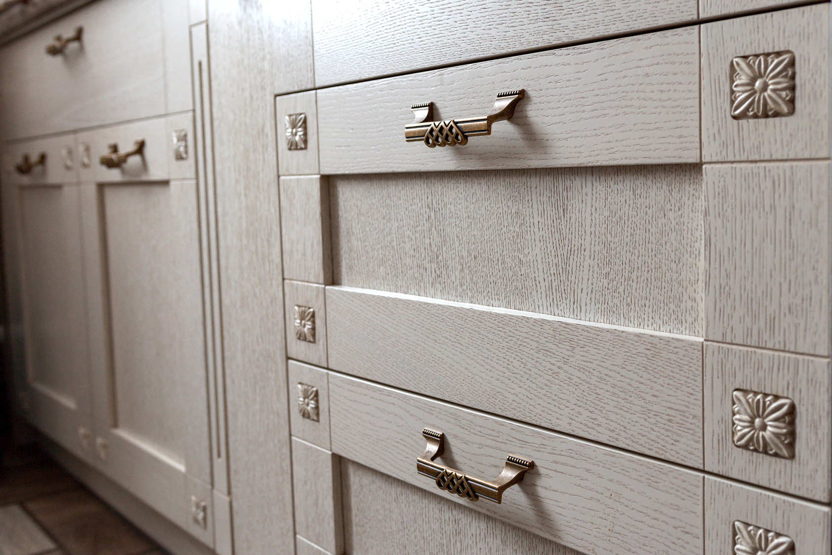 7 Kitchen Cabinet Handles To Use In Your Kitchen Design
